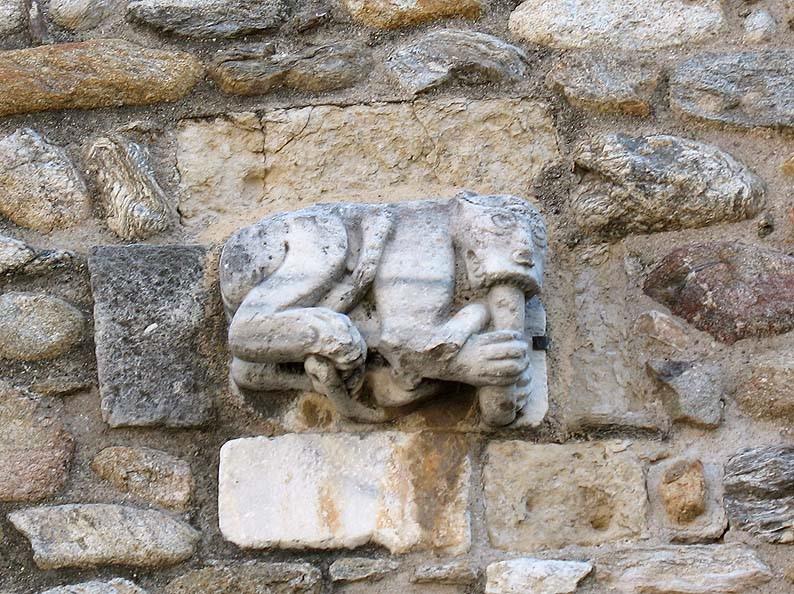 Détail du portail représentant un simiot mangeant un serpent