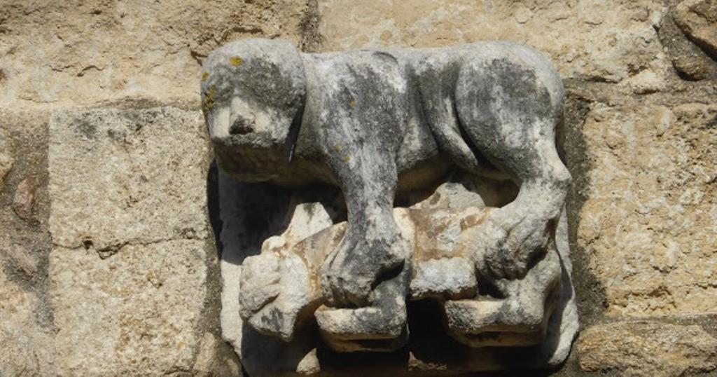 Détail du portail représentant un simiot mangeant un agneau